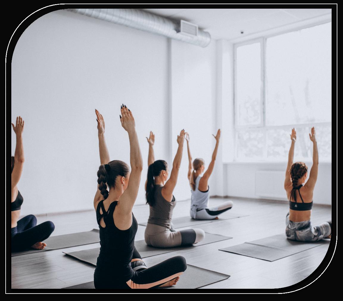 Des femmes pratiquant du yoga.